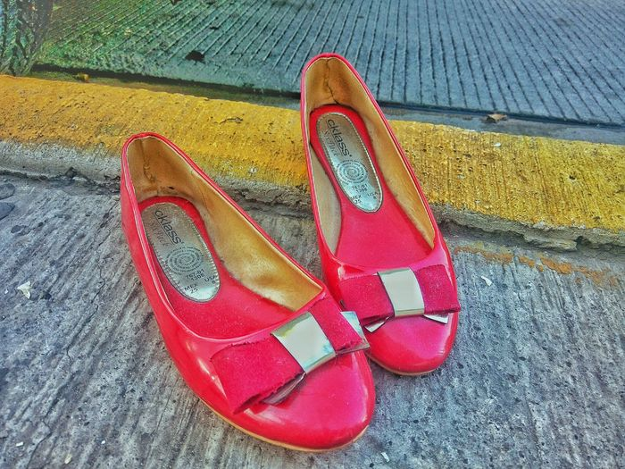 Zapatillas rojas Red Fashion Ladysshoes Power Red Nice Streetphotography Colors Randompic Streetphotography Vibrant Color Footpath Outdoors Urban Exploration Focus On Foreground Tipsedit Photographer Nice View In Front Of