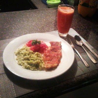 Buenos Días;) Jugo de zanahoria natural, pescado empanizado y arroz verde yumi :p Y después al gym x)