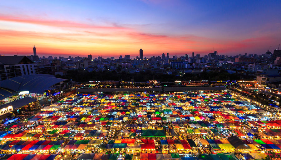 Night market. Nightphotography Night Photography Night Lights Nightlife Night View Night Sky Nightscape Sunset Landscape Landscape_photography Landmark Night Market Night Market In Thailand Night Market Seller Night Market Food Thailand Photos Thailandtravel Thailand🇹🇭 Thailand Travel For Sale Panoramic Market Stall Downtown District Market Shop Price Tag Street Market