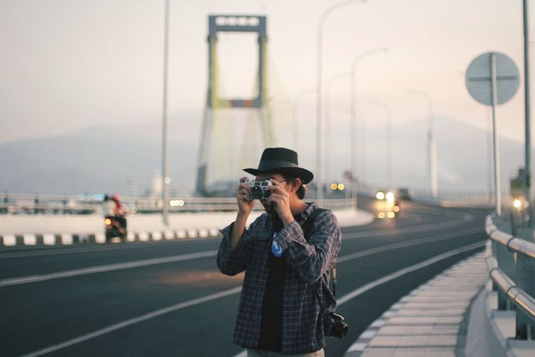 Check This Out Play with analog camera! Hi! That's Me Capturing Freedom Urban Lifestyle EyeEm Best Shots Striking Fashion Taking Photos Self Portrait Around The World