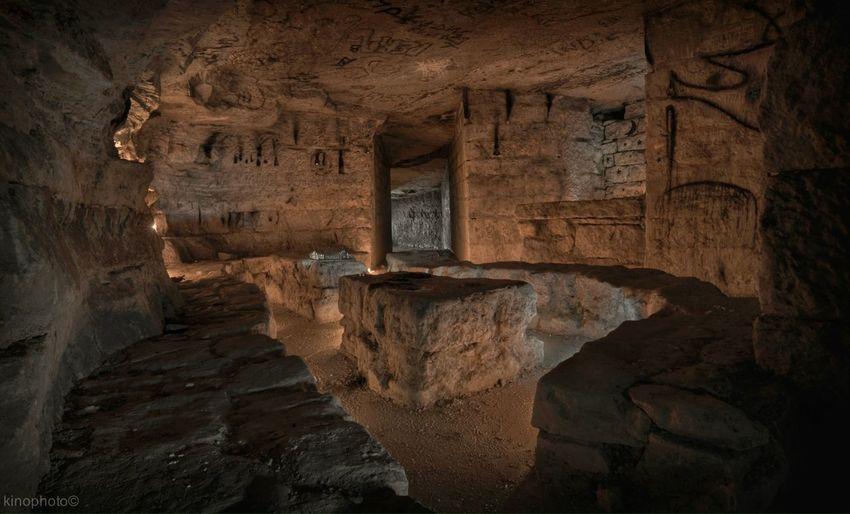 """Dans les catacombes de Paris : la """"Salle des Fêtes"""" quelque part sous le 14ème... 150 bougies et 4 éclairage Led différents. Catacombs ParisBside Urbex"""