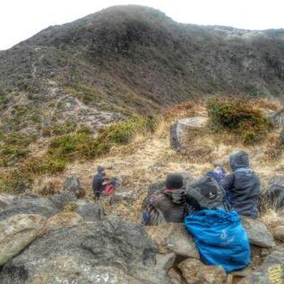 Rehat nendes watu Goodhiking Mtarjuno Lintasalam Summit