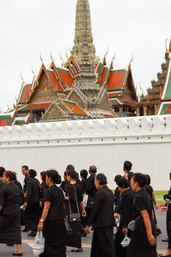 Thai mourners from all over Thailand come to mourn the death of the King of Thailand at the Grande Palace, Bangkok, Thailand. Architecture Mourning Place Of Worship South East Asia Thailand The Grand Palace Thailand Black Clothes Buddhism Buddhist Temple Many Mass Of People Mourners Palace Thai King Thai People Walking