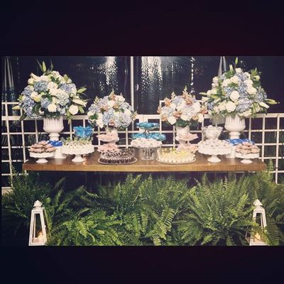 Muito azul nesta mesa de doces, flores forminhas, docinhos deliciosos, muito amor, noite super quente e estrelada... nem precisamos falar das samambaias.... lindas! Weddingdecor Designfloral Weddingdesign Bridebrazil Weddingsp Clubepaulistano Mesadedoces Decoracaodecasamento Decoracaodefestas Leclassique Arranjosflorais Hortênsias Flowersarrangement Weddingnight Lovemyjob Flowers Samambaia