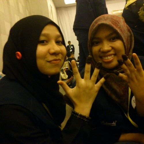 Kak zila at @seri_inai_daun pakaikan dua bakal pengantin inai. Hahaha! Miecc