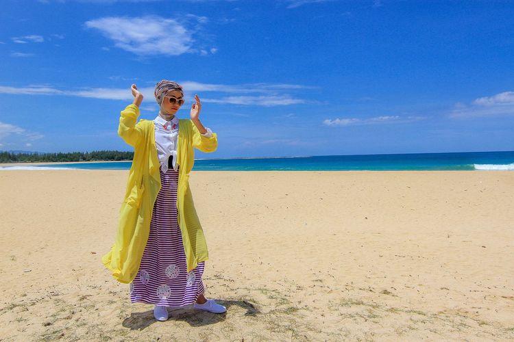 Enjoy the beautiful atmosphere of lhoknga beach, aceh besar, aceh 09-08-2015.