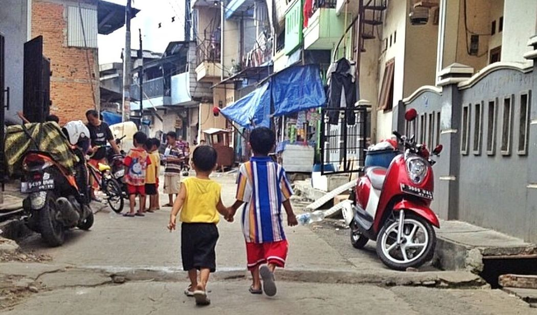 Kidsofasia Indonesianchild Children Children Photography Holding Hands Streetview Friendship Streetphotography Street Life Amazingindonesia Jakarta Jakarta As I See It Jakartastreetphotography Southeastasia City Life CityWalk Walking Around Taking Pictures Travel Photography Colour Of Life