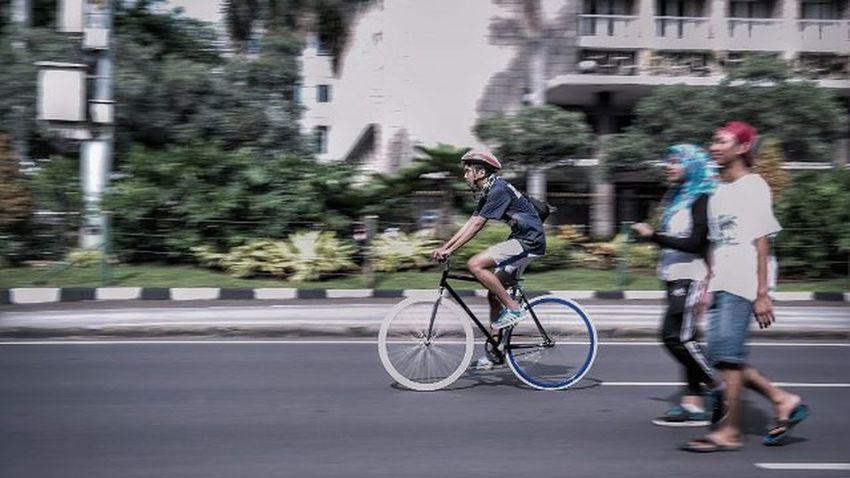 """Lebih baik bersepeda mengitari kota suka suka."" 🎶🎵 Instasunda Instastreetid Gogreen Cfd"