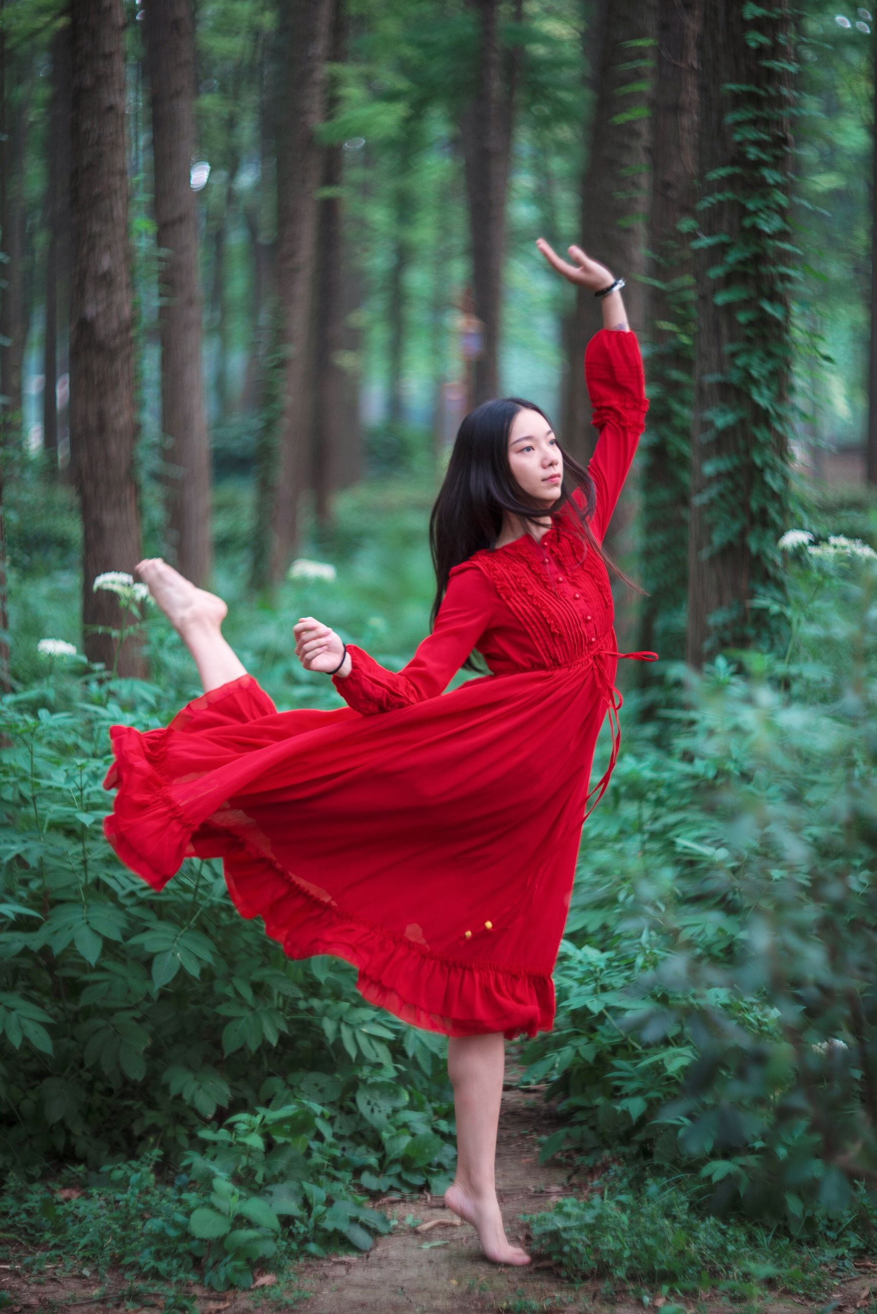 red, lifestyles, full length, standing, casual clothing, tree, front view, leisure activity, young women, young adult, dress, focus on foreground, tree trunk, forest, three quarter length, portrait, looking at camera, person