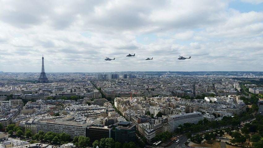 Paris City Flying Outdoors Cloud - Sky No People Day Sky Helicoptere Militaires armée Défilé 14 Juillet Toits De Paris