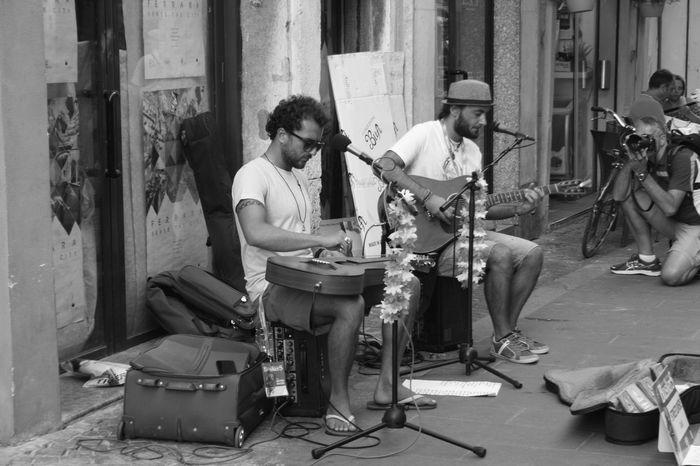Bella Italia Buskers Festival Ferrara Ferrara- Italy FerraraCity Italia Buskerfest Buskersfestival Italy Musician Street Musicians Street Photography Streetphoto_bw Streetphotography