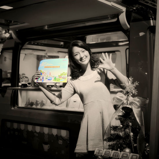 It's healed, a cafe Model M / DAIHATSU Concept Car TEMPO Fukuoka Motor Show DECEMBER2015 de Good Night 50mm F1.8 Candid Portraits Colorsplash Companion Daihatsu Heals Partcolor Portrait Of A Woman Pretty Sepia Smile Working Girl Young Women The Light At The Top