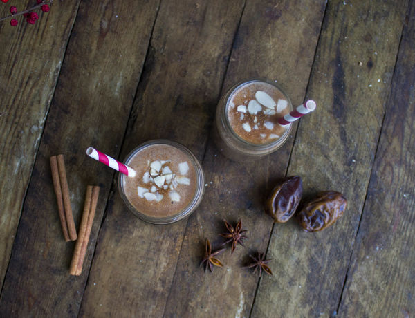 Gingerbread smoothie with dates and almond milk. Almondmilk Christmas Cleaneating Drink Food Food And Drink Foodie Foodphotography Foodporn Gingerbread Glass Healthy Shake Smoothie Speculoos Spices Table Vegan Xmas