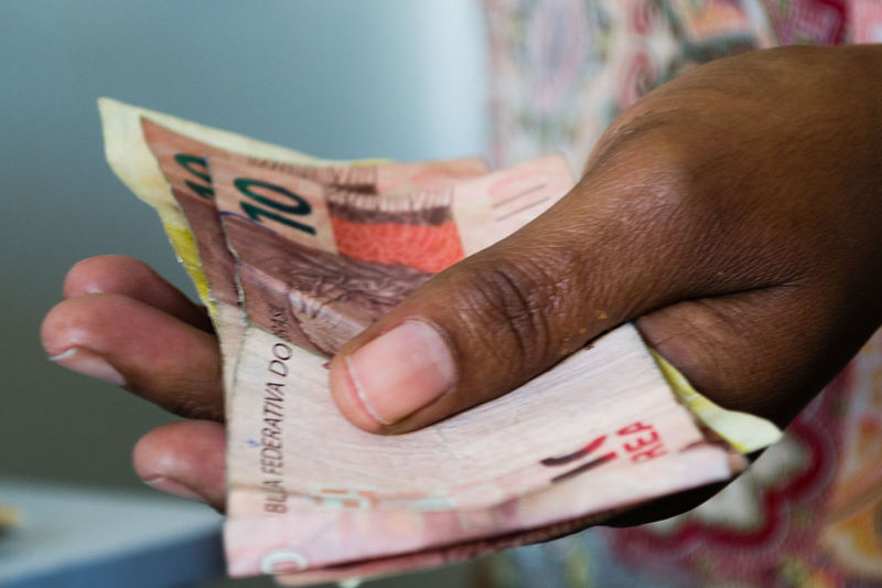 dinheiro Paper Currency Human Hand One Person Human Body Part Currency Finance Close-up People Adults Only Indoors  Adult One Man Only Savings Day desemprego fgts economia Crise Inflação Tucana Inflação
