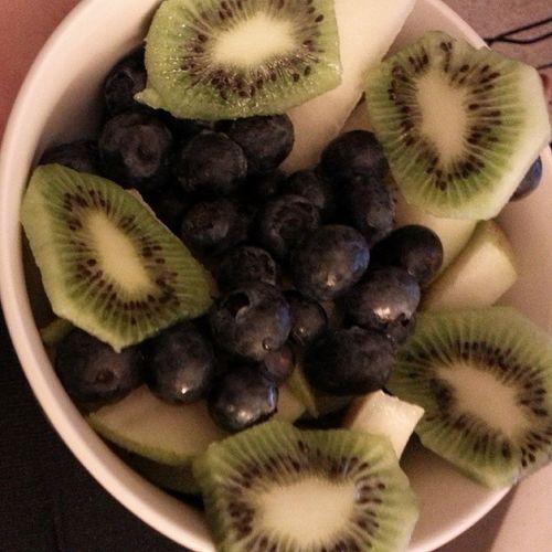 Mmm... Latenighsnack Pear Kiwi Blueberries healthyeating