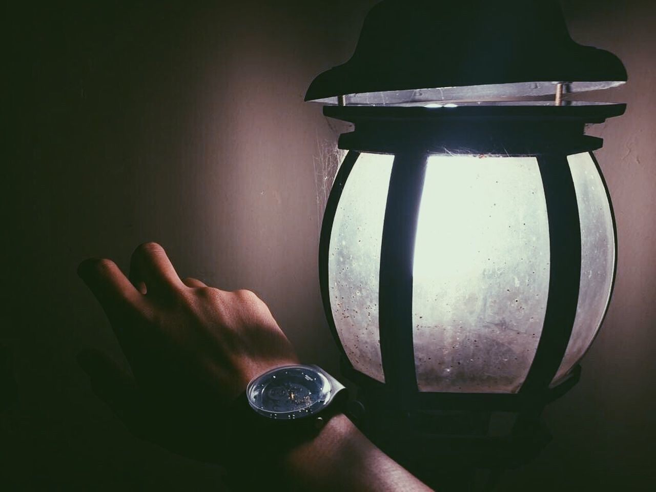CLOSE-UP OF HAND HOLDING ILLUMINATED ELECTRIC LIGHT