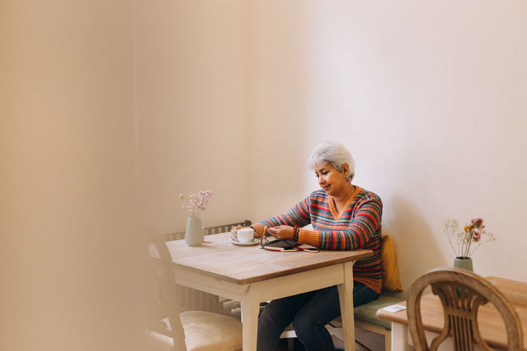Woman sitting on chair in table