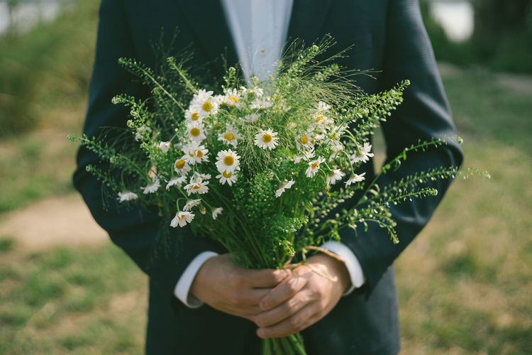 Flower Plant Flowering Plant Real People One Person Holding Hand Human Hand Focus On Foreground Nature Vulnerability  Freshness Beauty In Nature Midsection Men Green Color Outdoors Flower Head Bouquet Flower Arrangement Bunch Of Flowers Wedding Bouquet Daisy Daisy Flower