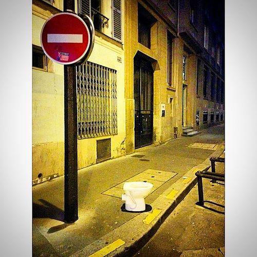 A quoi ça sert de mettre des toilettes dans la rue si on peut pas s'en servir... Toilettes , Interdiction , Funny , Picoftheday