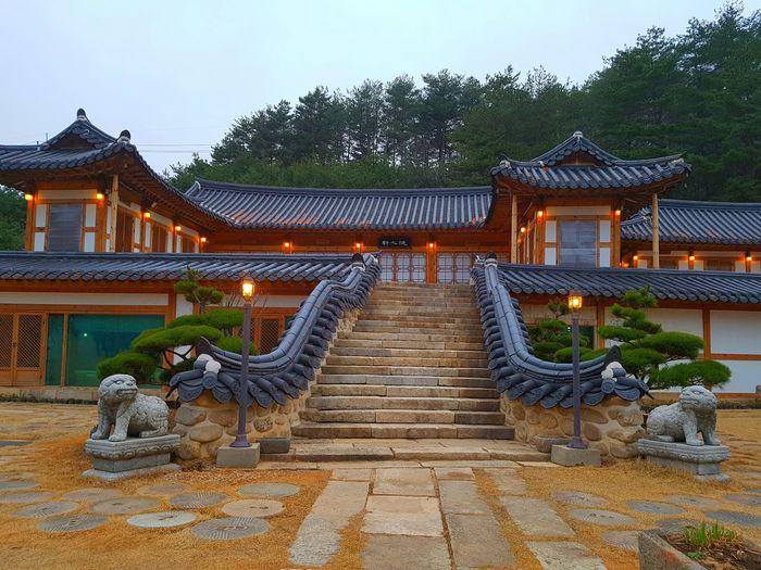 Beautiful evening in the traditional Korean house Evening Walk Pyeongchang Chungkangwon Evening Traditional House Traditionalfood