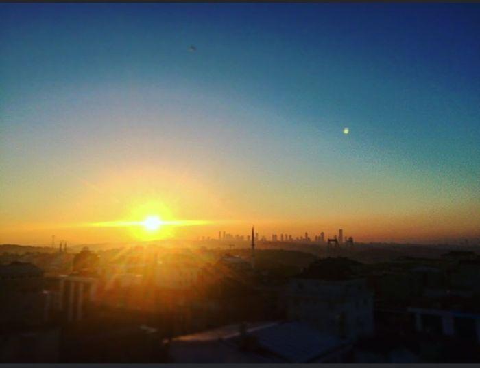 Bak güneş batıyor işte, bir gün daha yakınız.