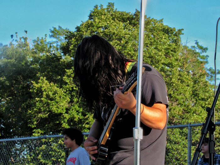 I love metal Side View Waist Up Full Length Holding Front View Day Casual Clothing Outdoors Summer Chicago City Life Person Lifestyles EyeEm Metal Thrashmetal Thrasher Thrash Metal Metal Af Guitar Electric Guitar Park - Man Made Space Longhair Shutterspeed Musician Photographie