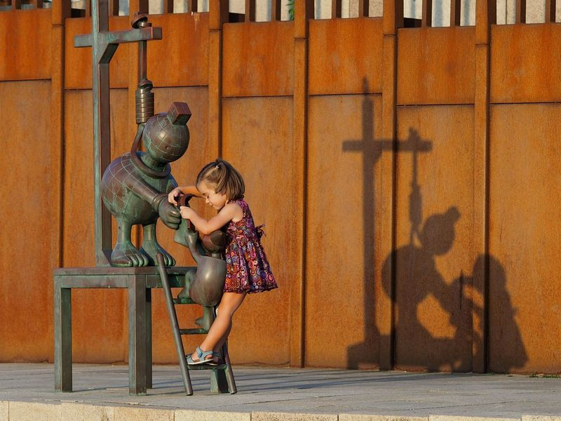 Childhood Playing Photography Photo Hello World Sunset The Hague Check This Out My Photography Taking Photos Girl Play Climb Up! Bronze Statue People And Places Hangman