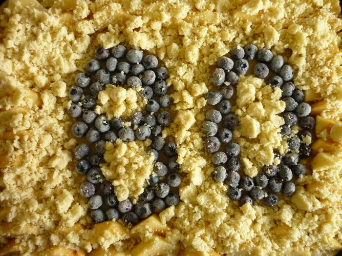 Geschwindigkeitsbegrenzung Heidelbeeren Blue Berries 80ies 80ies Birthday Kuchen Cake 80 Achtzig Eighty Eightyears Birthday Birthday Cake Happy Birthday! Congratulations Glückwunsch No People Yellow Pattern Close-up Full Frame Food Indoors