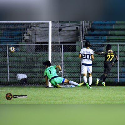 @younousseyaogo scored the third goal for @kayafc at 81st minute 🎆 ⚽ . . . UFL Unitedfootballleague KayaFC Unakaya KayaFCvsManilaJeepney sbspotlight soccerbible football themanansala