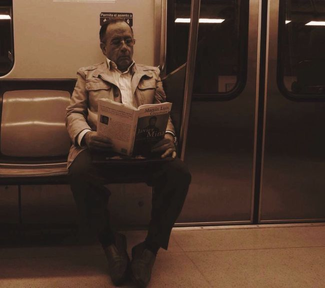 No existe lectura para ser interesante, Solo existe lectura para ser feliz🤘🏻. Old Books Subwayphotography Lector Relaxing Good Moment Of The Day  Monochrome Peace Cdmx