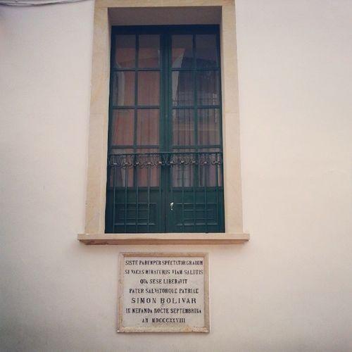 Durante la Conspiración Septembrina, el atentado contra Simón Bolívar, Manuela Sáenz salvó su vida ayudándolo a escapar por esta ventana. Historia Bolivar Sáenz Bogotá Colombia