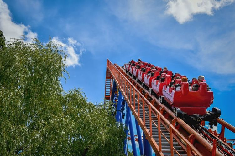 Low Angle View Sky Outdoors Achtbaan Pretpark Achterbahn Rollercoaster Action Fun Roller Coaster Themepark Amusementpark Theme Park Freizeitpark Leisure Activity People Enjoy Fearless