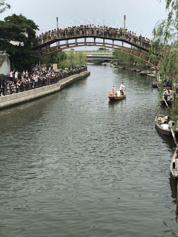 潮来の嫁入り舟 手漕ぎの舟に乗って白無垢姿の花嫁さんが、花婿の待つ岸壁に舟を寄せて、人力車で夫婦でパレードはあやめ祭りの花