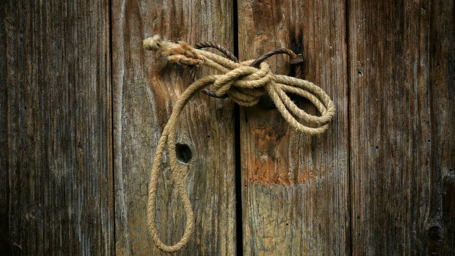 Rope tied up of wooden fence